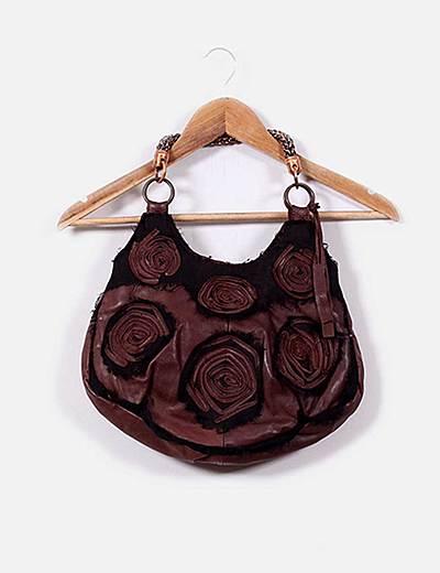 Bolso marrón con cadena dorada