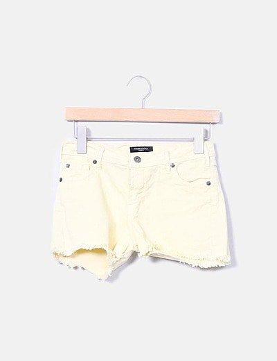 Shorts denim amarillo desflecado
