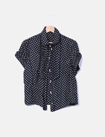 Camisa negra con topos