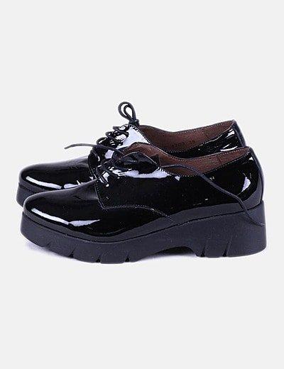 Zapato acharolado negro