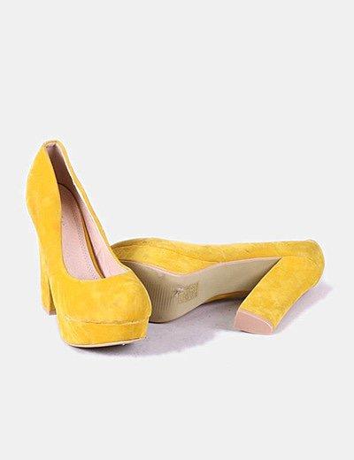Zapato de tacón amarillo