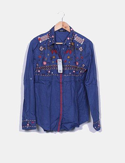 Camisa azul bordados florales