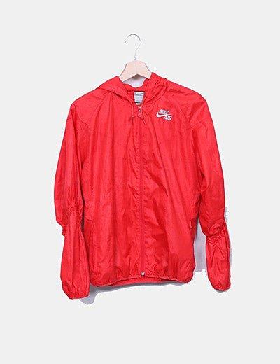 Chubasquero con capucha rojo